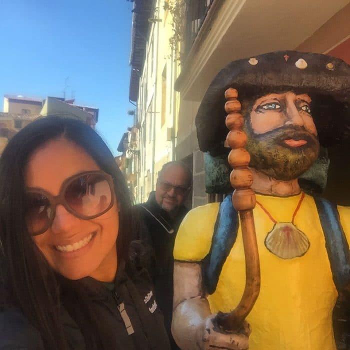 peregrina sonriendo con santiaguin en albergue cuatro cantones