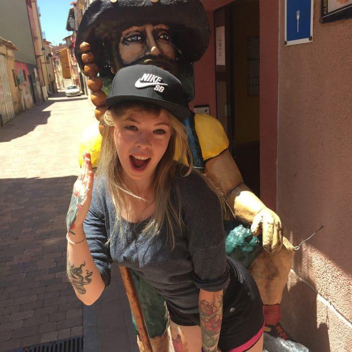 peregrina posando con santiaguin en albergue de belorado