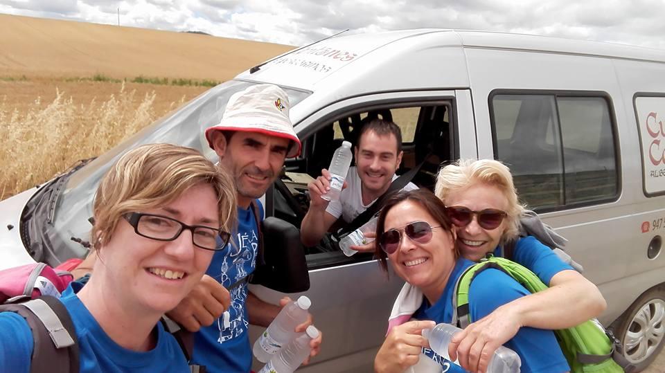 Repartiendo agua gratis en la etapa anterior a Belorado.