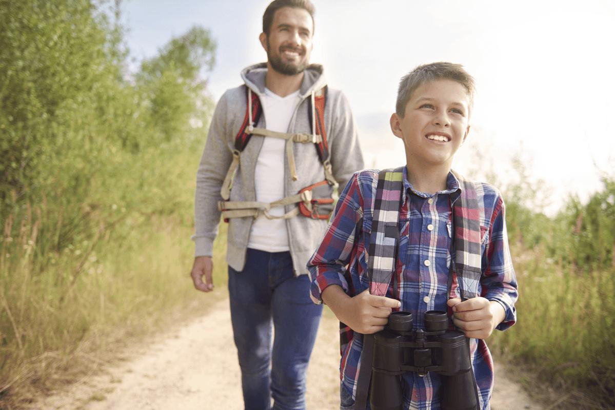 Padre con su hijo haciendo el camino.